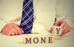Rynku finansowego pojęcie Biznesmena ułożenia bloki z słowo pieniądze obraz royalty free