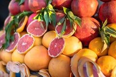 Rynku kramu sprzedawania typowe pomarańcze turyści w Marrakech zdjęcie stock