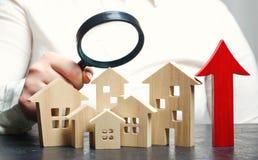 Rynku nieruchomości otaksowanie Drewniani domy w górę strzały i Narosły w lokalowych cenach Wzrost cena dla użyteczność/czynsz obraz stock