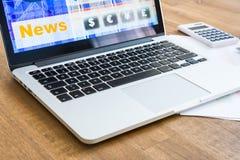 Rynku Papierów Wartościowych handel z laptopu pecetem i obliczenia zdjęcia royalty free