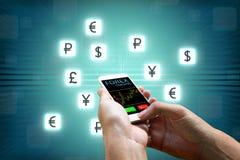 Rynku walutowego pojęcie, biznesmen trzyma mądrze waluty ikonę i telefon Obrazy Stock