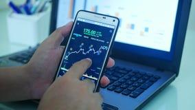 Rynku walutowego wykresu handlarski sprawdzać porównuje obraz royalty free