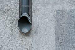 Rynna na szarej ścianie projekta miastowy nowożytny Obrazy Stock