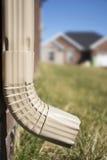 Rynnowy Downspout - pokazywać dom w tle zdjęcia royalty free