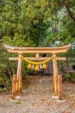 Ryobu torii是传统日本门在神道圣地入口  免版税库存图片