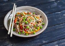 Ryżowi kluski z jarzynowym fertaniem smażą na ceramicznym talerzu Fotografia Royalty Free