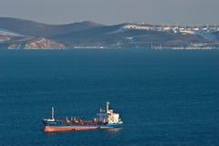 Rysk ötankfartyg på ankaret i vägarna mot bakgrunden av den olje- terminalen Nakhodka fjärd Östligt (Japan) hav 05 03 2015 Arkivbilder