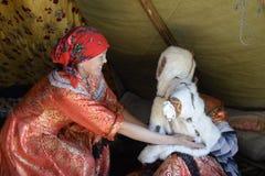 Rysk arktisk för infödd familj i dess stuvade hus - kamrat! royaltyfria foton