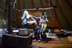 Rysk arktisk för infödd familj i dess stuvade hus - kamrat! royaltyfri bild