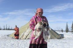Rysk arktisk för infödd familj i dess stuvade hus - kamrat! arkivfoton