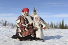 Rysk arktisk för infödd familj i dess stuvade hus - kamrat! fotografering för bildbyråer