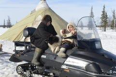 Rysk arktisk för infödd familj i dess stuvade hus - kamrat! royaltyfri fotografi