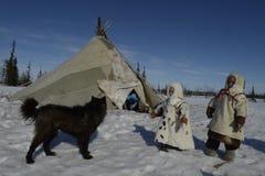 Rysk arktisk för infödd familj i dess stuvade hus - kamrat! arkivbilder