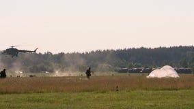 Rysk armé Banhoppningen med rundan hoppa fallskärm Flyget och landning av en fallskärmsjägare med hoppa fallskärm arkivfilmer