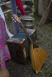 Rysk balalajka och dragspel Från Ryssland med förälskelse Ryska folk instrument Välkomnande till Ryssland En sommarfestival Arkivfoton