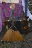 Rysk balalajka och dragspel Från Ryssland med förälskelse Ryska folk instrument Välkomnande till Ryssland En sommarfestival Spela Arkivfoton