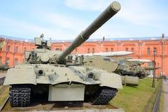 Rysk behållare T-80 i militärt artillerimuseum Royaltyfri Foto