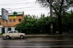 Rysk bil i drevstation Arkivbild