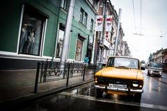 Rysk bil i drevstation Royaltyfri Fotografi