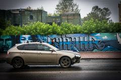 Rysk bil i drevstation Arkivfoto