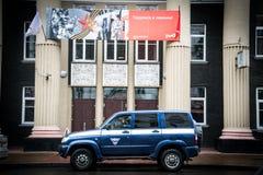 Rysk bil i drevstation Arkivfoton