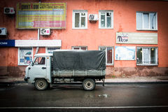 Rysk bil i drevstation Royaltyfria Bilder
