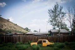 Rysk bil i drevstation Fotografering för Bildbyråer
