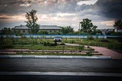 Rysk bil i drevstation Arkivbilder