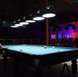 Rysk biljard Spela biljard i en nattklubb Royaltyfri Fotografi