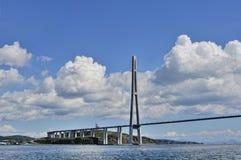 Rysk bro till den ryska ön i Vladivostok Arkivbilder