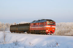 Rysk diesel- lokomotiv med passageraredrevet Royaltyfria Bilder