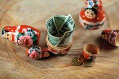 Rysk docka med dollar inom Anti-krissparbössa royaltyfri foto