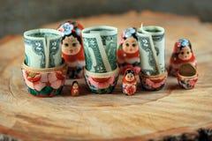 Rysk docka med dollar inom Anti-krissparbössa arkivbilder