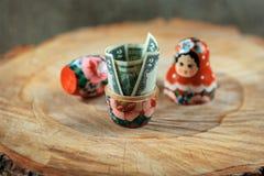 Rysk docka med dollar inom Anti-krissparbössa Matrioska packar ihop royaltyfria foton