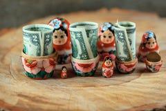 Rysk docka med dollar inom Anti-krissparbössa Matrioska packar ihop royaltyfri foto