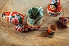 Rysk docka med dollar inom Anti-krissparbössa Matrioska packar ihop arkivfoto