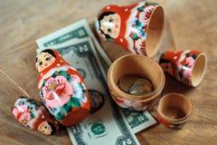 Rysk docka med dollar inom Anti-krissparbössa Matrioska packar ihop arkivbilder
