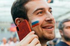 Rysk fan med en målad nationsflagga på hans kind fotografering för bildbyråer