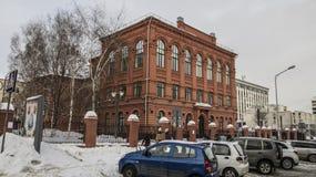 Rysk federation, Belgorod stad, folks skola nummer 9, en monument för boulevard 74 av arkitektur royaltyfri fotografi