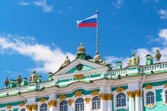 Rysk flagga över vinterslotten i St Petersburg Royaltyfri Fotografi