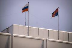 Rysk flagga och flaggan av den Krasnoyarsk regionen Arkivfoto