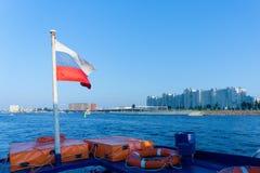 Rysk flagga på aktern av ett nöjefartyg på Neva River, St Petersburg, Ryssland arkivbilder