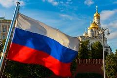 Rysk flagga på bakgrunden av Kreml, ärkeängeldomkyrka i MoskvaKreml Royaltyfri Bild
