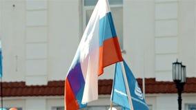 Rysk flagga som vinkar i folkmassa arkivfilmer