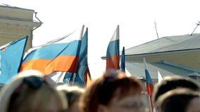 Rysk flagga som vinkar i folkmassa lager videofilmer