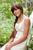 Rysk flicka i den vita klänningen i en björkskog Fotografering för Bildbyråer