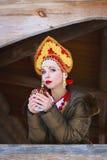 Rysk flicka i en kokoshnik Arkivbilder