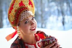 Rysk flicka i en kokoshnik Fotografering för Bildbyråer