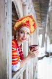 Rysk flicka i en kokoshnik Royaltyfri Foto