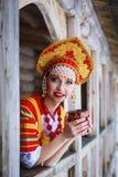 Rysk flicka i en kokoshnik Royaltyfri Bild